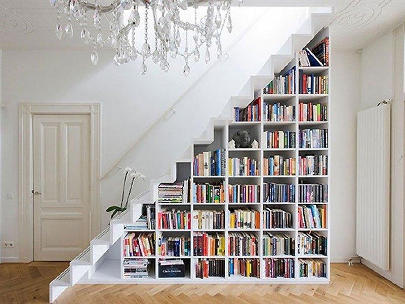 Estante embaixo da escada
