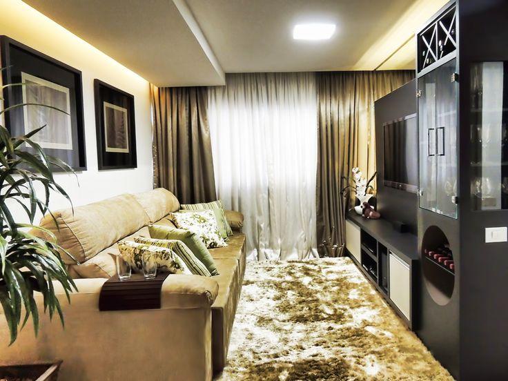 Decoração de sala pequena com sofá marrom