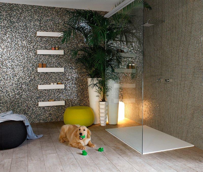 Banheiros decorados com pastilhas de vidro portobello mix_noir - concreto e eucalipto autoclavado