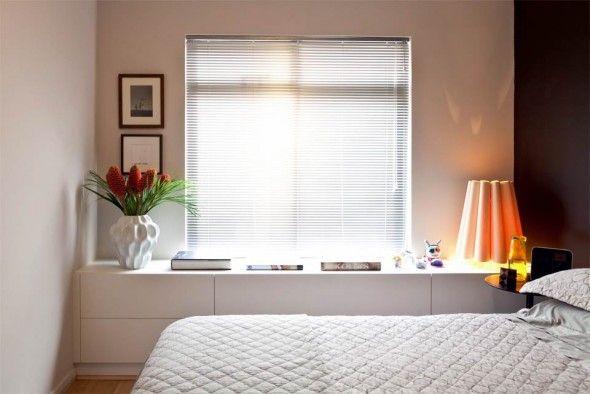 Decoração de quarto de casal pequeno com estante
