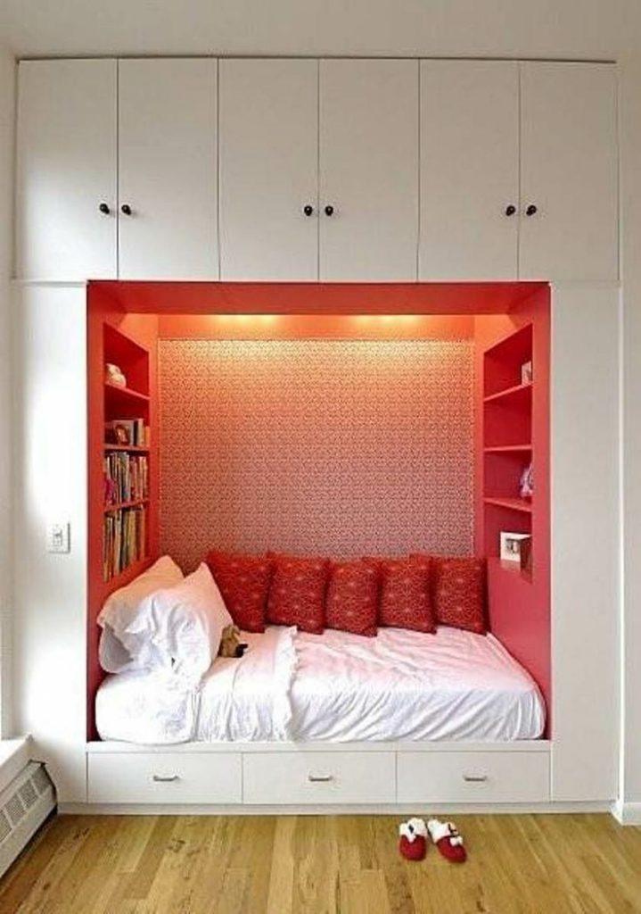 Decoração de quarto de casal pequeno com cama embutida