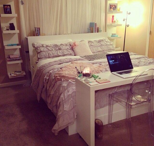 Decoração de quarto de casal pequeno com escrivaninha prática