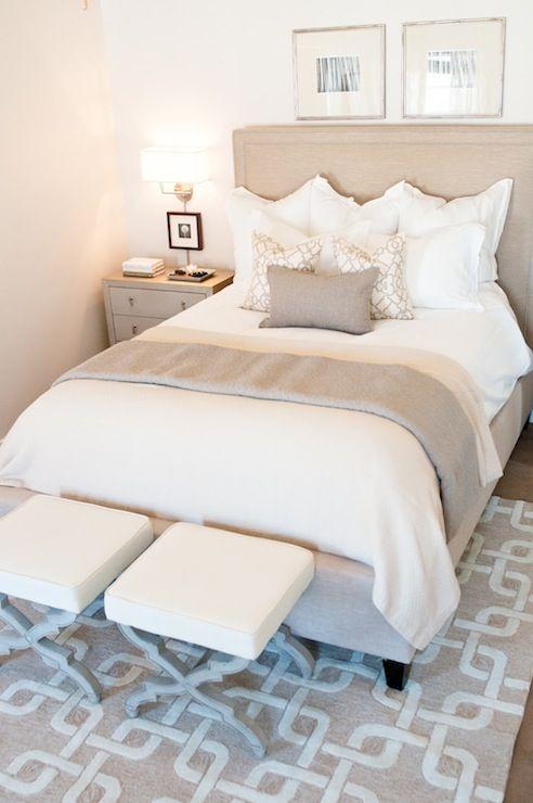 Decoração de quarto de casal pequeno com cores sóbrias
