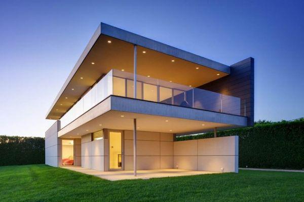 Fachada de casa luxuosa com vidros