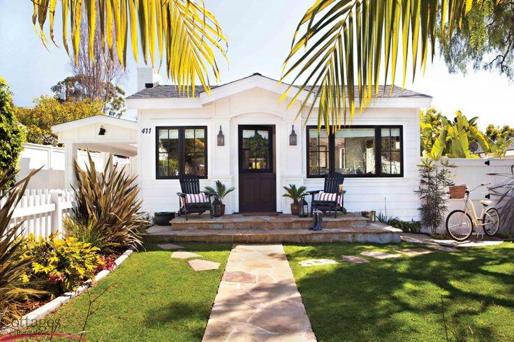 fachada de casa pequena e simples com jardim na cor branca