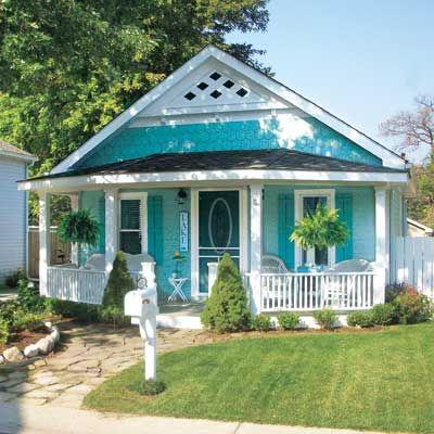 fachada de casa pequena de madeira azul-turquesa