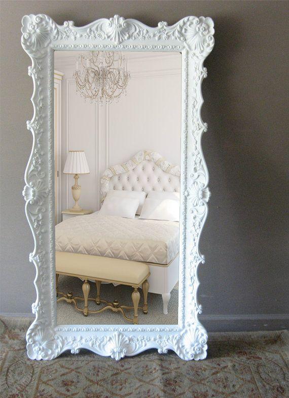 Espelho com moldura branca