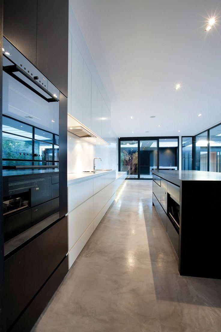 Cozinha grande e moderna com piso de cimento queimado