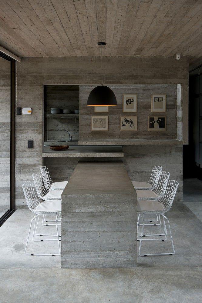 Cozinha americana e mesa toda decorada com cimento queimado