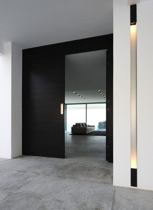 Hall e interior de casa de luxo decorada com piso de blocos de cimento queimado