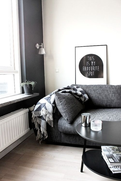 sofá cinza escuro