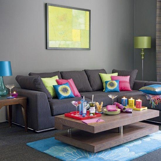sofá e parede cinza