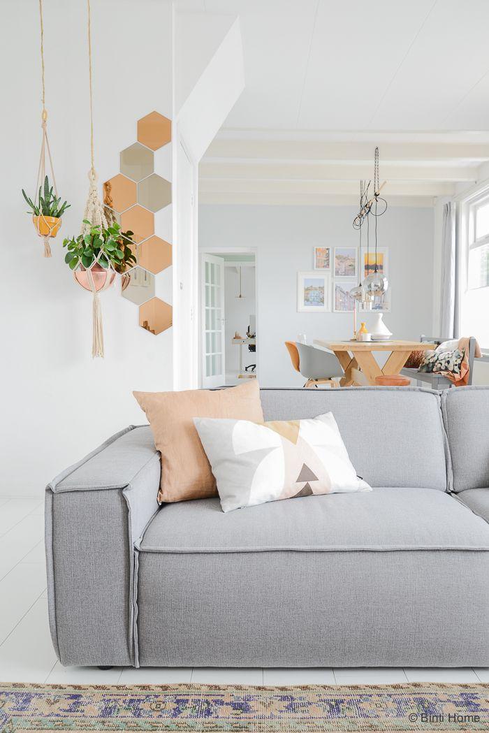 Sofá cinza claro na decoração