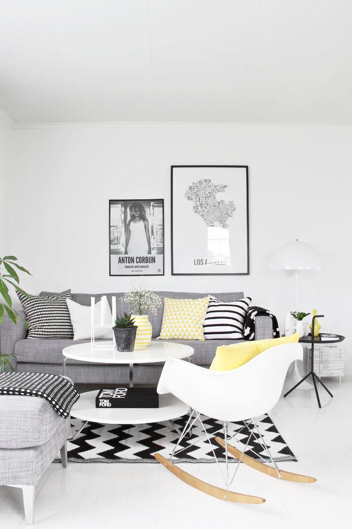 sofá cinza com almofadas