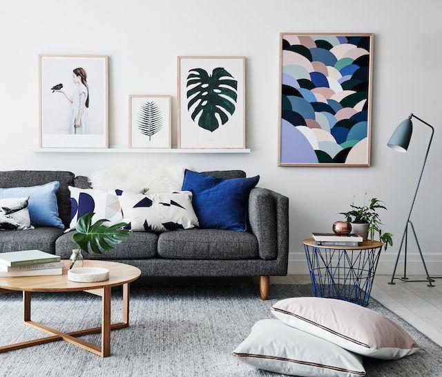 Sala decorada com sofá e quadros na parede