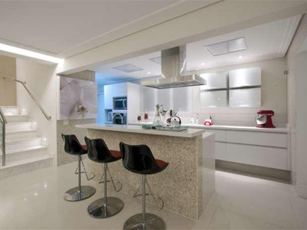 Cozinha decorada com bancada de pastilhas