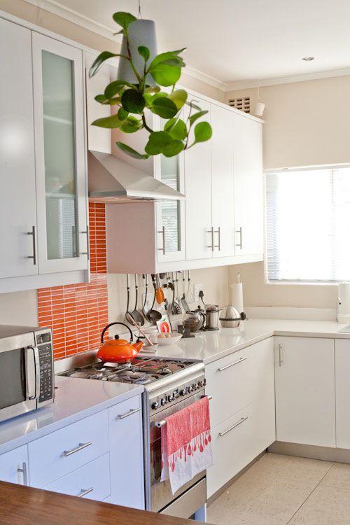 Cozinha decorada com faixa de pastilha