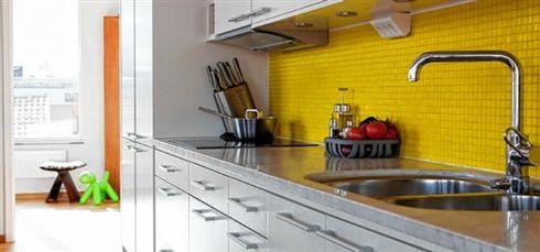 Cozinha decorada com pastilhas amarelas