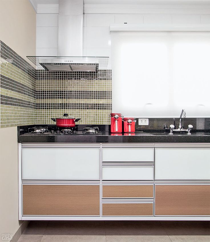 Cozinha decorada com pastilhas verdes e pretas