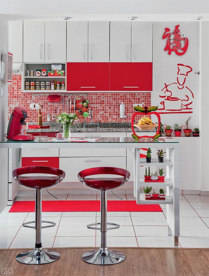 Cozinha vermelha e branca decorada com pastilhas