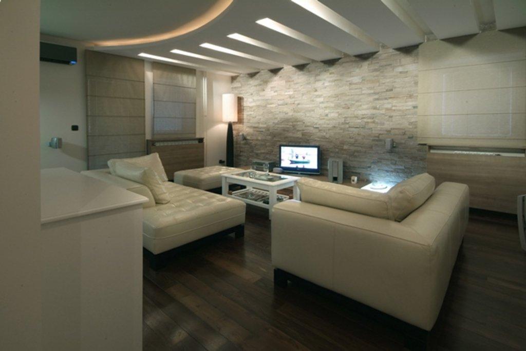 Sala decorada com teto de gesso