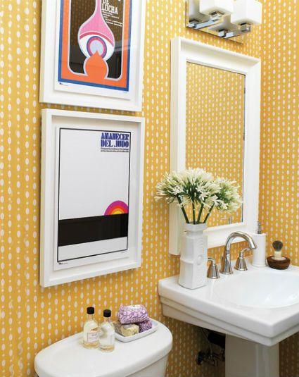 Banheiro pequeno amarelo
