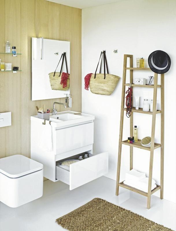 Banheiro pequeno branco e moderno