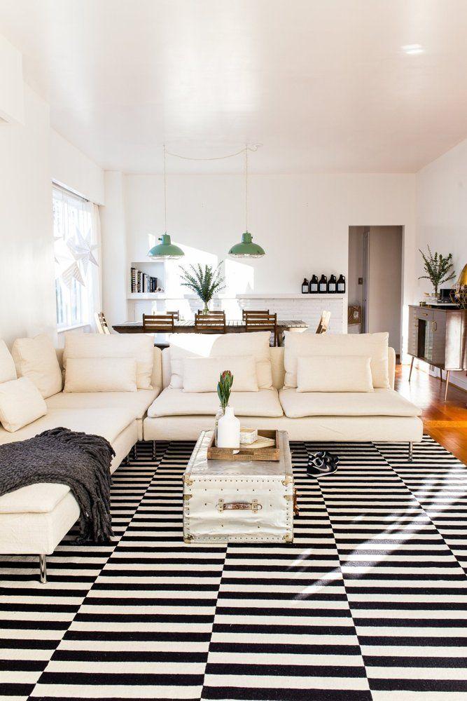 Sala bege com tapete preto e branco