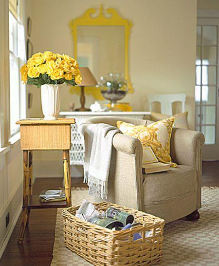 Sofá bege com almofadas amarelas
