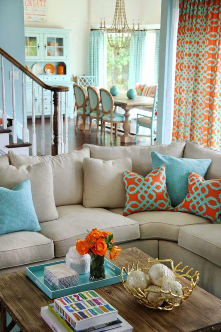 Sofá bege com almofada colorida
