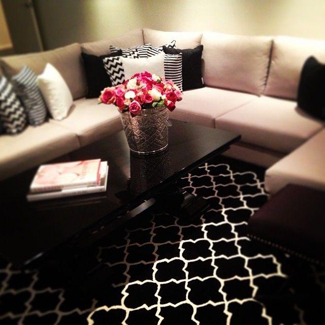 Sofá com tapete preto