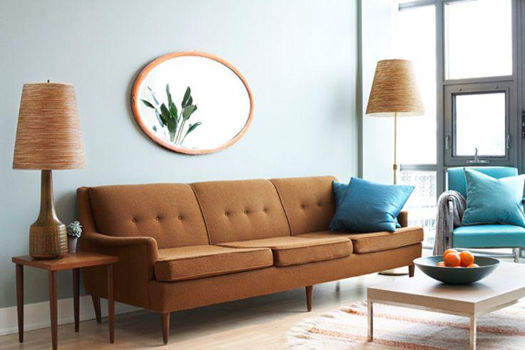 sofá marrom com almofada azul