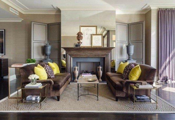 Sofá marrom com almofadas coloridas