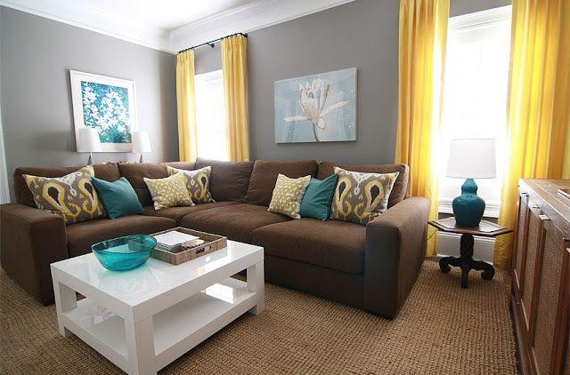 Sala com cortina amarela