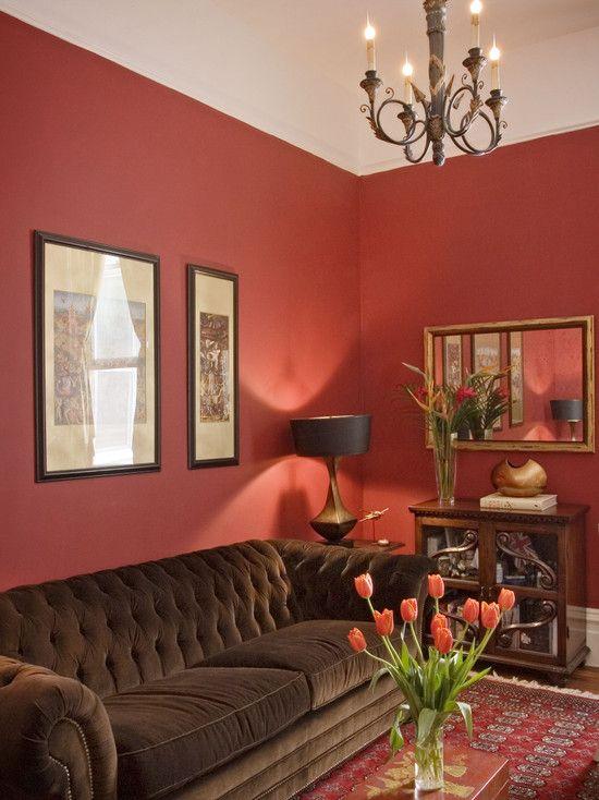 Sofá marrom com tapete vermelho