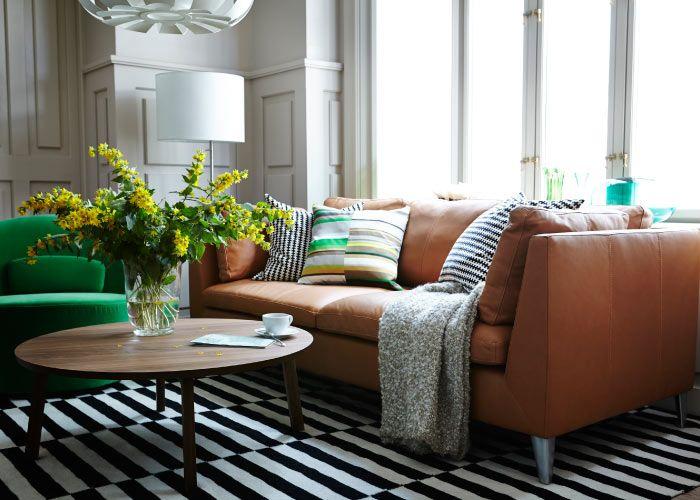Sofá marrom com tapete