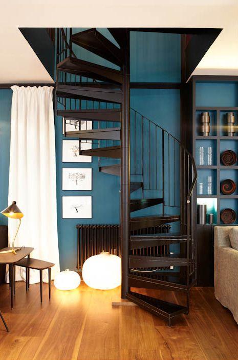 Escada Caracol na decoração da sala com parede azul