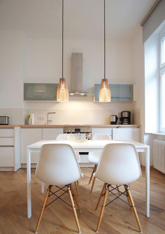 Cozinha branca com madeira