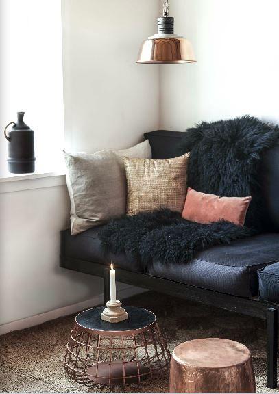 sofá preto com almofadas