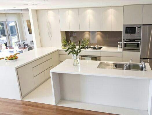 Cozinha branca com silestone branco