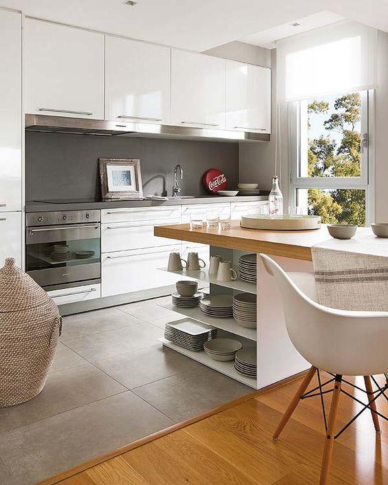 Cozinhas brancas - com piso de cimento queimado, decoração em madeira