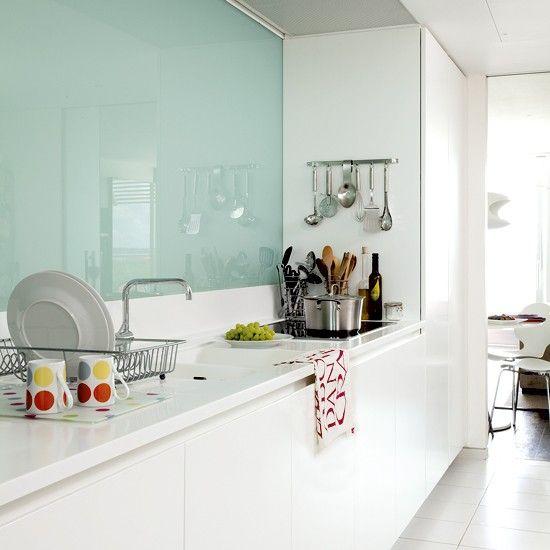Cozinhas brancas com parede de vidro