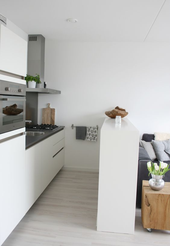 Cozinha branca integrada com a sala de estar