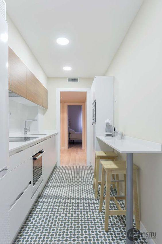 cozinha branca pequena, estilo corredor