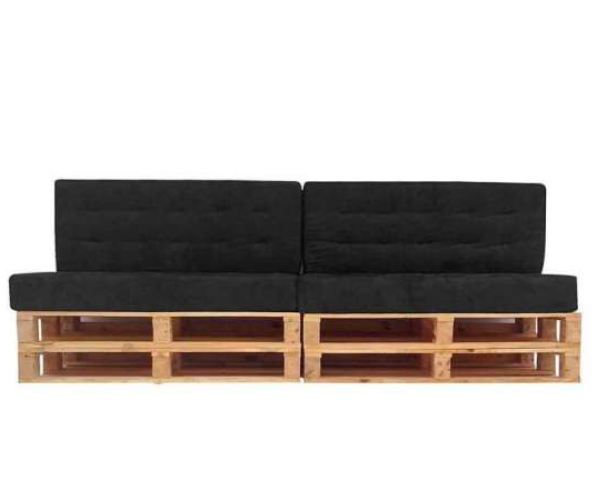 sofá preto com base em pallet