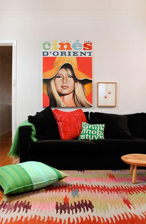 sofá preto com almofadas coloridas