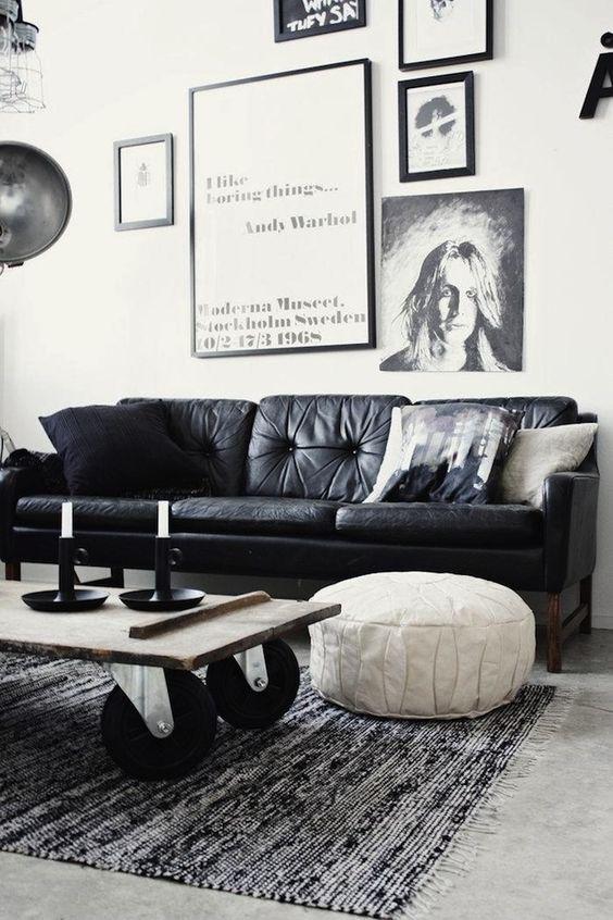sofá escuro com tapete preto e branco