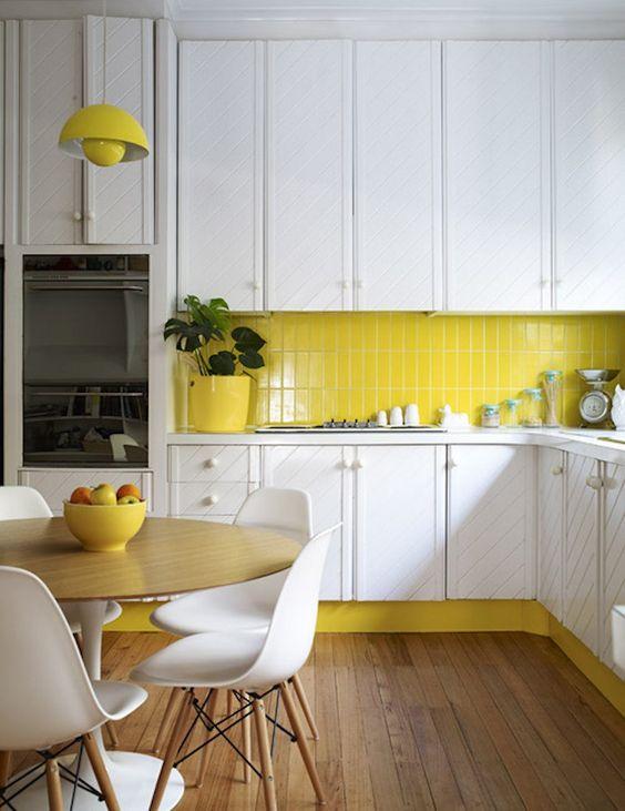 Cozinha branca com amarelo