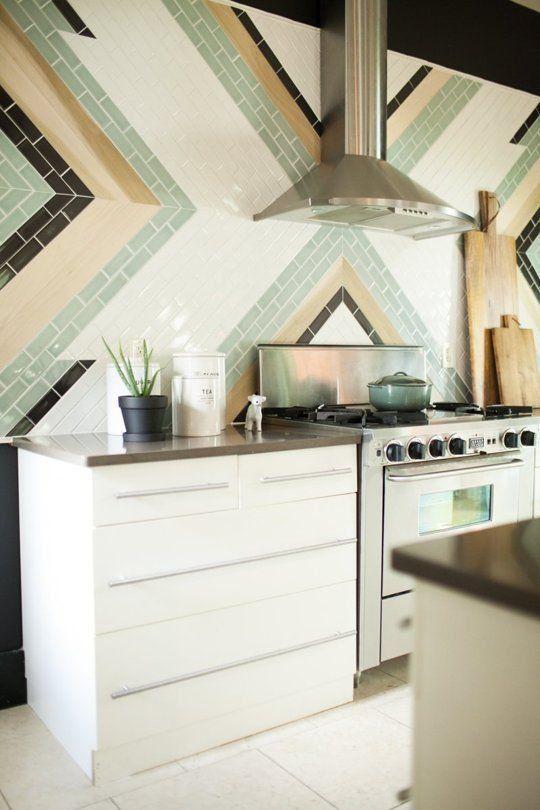 Cozinha branca com azulejo colorido