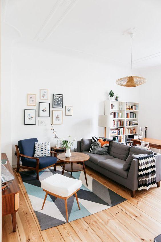 Sala com tapete colorido